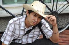 Den Asien Thailand mancowboyen sitter leende Royaltyfria Foton