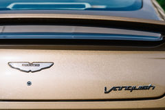 Den Aston svalan besegrar bilen Arkivbild