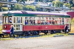Den Astoria Riverfrontsp?rvagnen som tar turister p?, turnerar runt om i stadens centrum Astoria genom att anv?nda gamla fraktj?r royaltyfri foto
