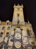 Den astronomiska klockan på natten, Prague, Tjeckien Arkivfoto
