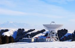 Den astronomiska observatoriet i djupen av de tianshan bergen Royaltyfri Foto