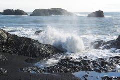 Den atlantiska kusten, vågor som bryter på den vulkaniska basaltet, vaggar, Dyrholaey siktspunkt, Island Royaltyfri Fotografi