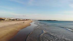 Den atlantiska kuststranden är staden av Tarifa Spanien, vinkar bränning och den sandiga stranden på solnedgången Tom strand i vi lager videofilmer