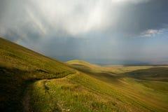 Den atmosfäriska framdelen ovanför bergdalen royaltyfri bild