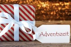 Den atmosfäriska julgåvan med etiketten, Adventszeit betyder Advent Season Fotografering för Bildbyråer
