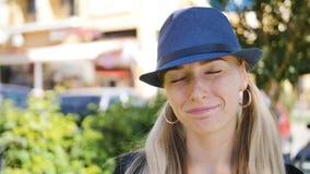 Den attraktiva älskarinnan med hatten vände till kameran som ler och flörtar lager videofilmer