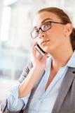 Den attraktiva affärskvinnan som använder mobil, ringer Royaltyfri Fotografi