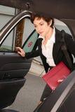 Den attraktiva beslutsamma handelsresanden för affärskvinnan skriver in taxitaxin Arkivbild