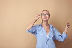 Den attraktiva blonda flickan gör gyckel i man Arkivfoto