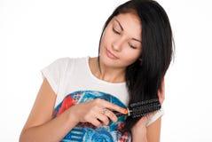 Den attraktiva brunettkvinnan gör frisyren Royaltyfri Bild