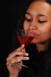 den attraktiva coctailen dricker kvinnabarn royaltyfria foton