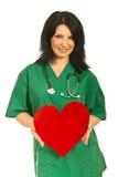den attraktiva doktorn ger hjärtakvinnan Fotografering för Bildbyråer
