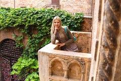 Den attraktiva flickan står på balkongen av Juliet i Verona Arkivfoton