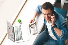 Den attraktiva grabben meddelar på en telefon Royaltyfri Bild