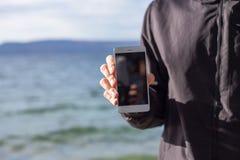 Den attraktiva grabben rymmer en smart telefon arkivbilder