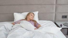Den attraktiva gulliga flickan vaknar upp i morgon från ringklockan stock video
