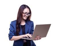 Den attraktiva härliga affärskvinnan arbetar på bärbara datorn charmin royaltyfri bild