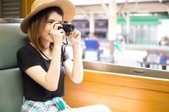 Den attraktiva härliga turist- kvinnan känner sig att upphetsat turnera omkring arkivfoton