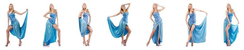 Den attraktiva kvinnan i blått klär på vit Arkivbild