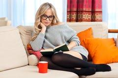 Den attraktiva kvinnan med bokar Arkivfoto