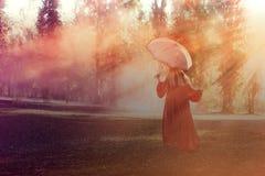 Den attraktiva kvinnan med en färgrik rökgranat bombarderar mode royaltyfri fotografi