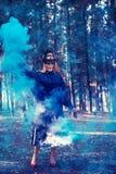 Den attraktiva kvinnan med en färgrik rökgranat bombarderar mode royaltyfria foton