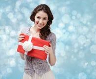 Den attraktiva kvinnan räcker en gåva med den vita pilbågen arkivbild