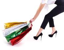 Den attraktiva kvinnan släpar shoppingpåsar Arkivbilder