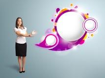 Den attraktiva kvinnan som framlägger abstrakt anförande, bubblar kopierar utrymme Royaltyfri Bild