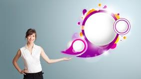 Den attraktiva kvinnan som framlägger abstrakt anförande, bubblar kopierar utrymme Royaltyfria Foton