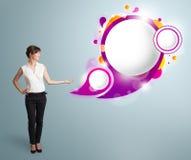 Den attraktiva kvinnan som framlägger abstrakt anförande, bubblar kopierar utrymme Royaltyfri Fotografi