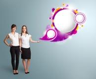 Den attraktiva kvinnan som framlägger abstrakt anförande, bubblar kopierar utrymme Royaltyfria Bilder