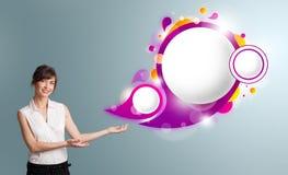Den attraktiva kvinnan som framlägger abstrakt anförande, bubblar kopierar utrymme Arkivbild
