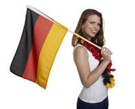 Den attraktiva kvinnan visar den tyska flaggan royaltyfri bild
