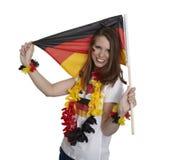 Den attraktiva kvinnan visar den tyska flaggan royaltyfri fotografi