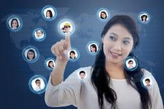 Den attraktiva kvinnlign förbinder det online-sociala nätverket Royaltyfri Bild