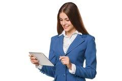 Den attraktiva le flickan i blått passar genom att använda minnestavlan Kvinna med minnestavlaPC:n som isoleras på vit bakgrund Arkivfoton