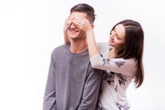 Den attraktiva lyckliga hipsterkvinnan med hållande pojkvänner för det stora toothy leendet synar med överraskningsinnesrörelser Royaltyfria Foton
