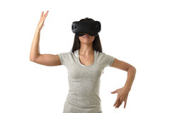 Den attraktiva lyckliga kvinnan upphetsad användande 3d rullar med ögonen hållande ögonen på tycka om för vision för 360 virtuell Arkivfoto