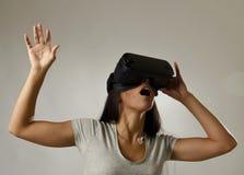 Den attraktiva lyckliga kvinnan upphetsad användande 3d rullar med ögonen hållande ögonen på tycka om för vision för 360 virtuell Arkivbild