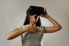 Den attraktiva lyckliga kvinnan upphetsad användande 3d rullar med ögonen hållande ögonen på tycka om för vision för 360 virtuell Arkivfoton