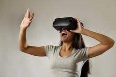 Den attraktiva lyckliga kvinnan upphetsad användande 3d rullar med ögonen hållande ögonen på tycka om för vision för 360 virtuell Royaltyfria Foton
