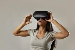 Den attraktiva lyckliga kvinnan upphetsad användande 3d rullar med ögonen hållande ögonen på tycka om för vision för 360 virtuell Royaltyfri Bild