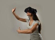 Den attraktiva lyckliga kvinnan upphetsad användande 3d rullar med ögonen hållande ögonen på tycka om för vision för 360 virtuell Royaltyfri Foto