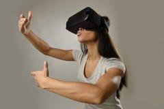 Den attraktiva lyckliga kvinnan upphetsad användande 3d rullar med ögonen hållande ögonen på tycka om för vision för 360 virtuell Royaltyfri Fotografi