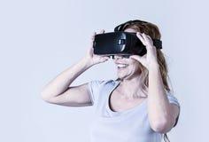 Den attraktiva lyckliga och upphetsade kvinnan som använder 3d, rullar med ögonen hållande ögonen på vision för 360 virtuell verk Fotografering för Bildbyråer