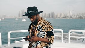 Den attraktiva mannen använder hans mobiltelefon utomhus, i ultrarapid lager videofilmer