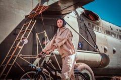 Den attraktiva mannen i solig dag cyklar till hans jobb arkivbild