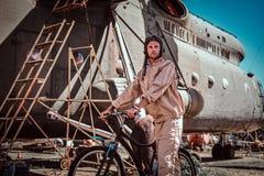 Den attraktiva mannen i solig dag cyklar till hans jobb arkivbilder