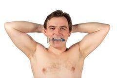 Den attraktiva mannen med en rakkniv i hans händer ska raka hår med armhålor som isoleras på vit bakgrund arkivfoto